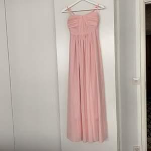 Rosa maxiklänning från Chiara Forthi i storlek xs. Vadderade kupor. Smock bak. Använd en gång på tillställning så i perfekt nyskick!