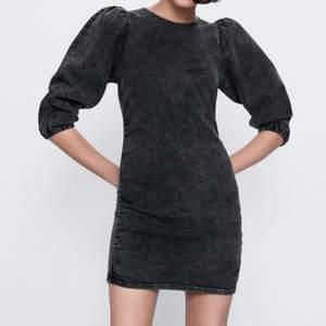 Stl L, Astuff klänning i gråmelerad mjuk denim. Små puffärmar. Passar den som är mer åt M än L. Frakt tillkommer, el så hämtas den/möts upp. Köpt för 599:-, aldrig använd.