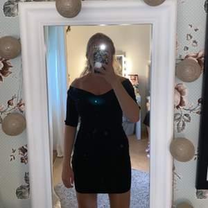 Svart klänning med en fin off shoulder🖤 säljer pga liten, storlek 36🥰 hör av dig vid intresse eller frågor!!😇 köparen står för frakten 😚