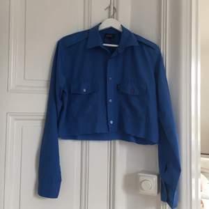 Jättefin avklippt klarblå skjorta i nyskick :) Frakt tillkommer 🦋