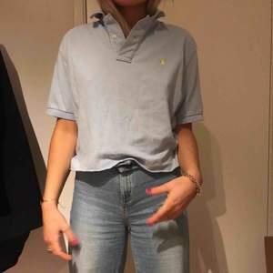 """""""Croppad"""" ljusblå pikétröja från Ralph lauren köpt secondhand, aschill till ett par beiga jeans!!!"""