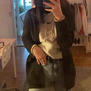 Super snygg blazer/kappa ifrån Vero Moda, använd max 2 gånger. Passar till både vardag och fest. Har i M och passar mig super då jag egentligen är en S. Pris kan diskuteras🌸