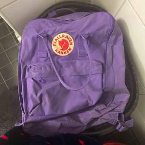Lila ryggsäck köptes för 1200kr Pris kan diskuteras  Den tvättas innan ifall köparen vill