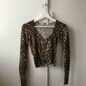 En jätte söt cardigan med leopard mönster, såå 90tal 😍😩  köpare står för frakt som är på 44 kr 📦