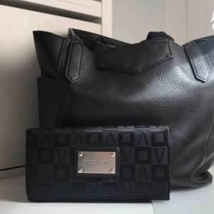 Jättefin plånbok av märket VEZZANO . Den är i bra skick och är jätte användbar Har plats för kort , sedlar , mynt och även mobil :)