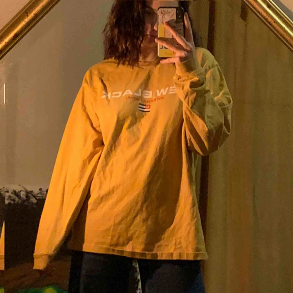 New Black sweater/långärmad new black tröja! Senapsgul och oversized <3 Aldrig använd, 300kr frakt ingår i priset <3. Tröjor & Koftor.