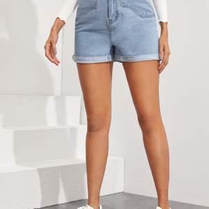 Oanvända jeansshorts från Shein. Säljer de för att de var för stor. Meddela om du vill ha flera bilder.
