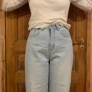 Ljusa jeans men rak, högmidjad form. Nya i skicket och har inte fått användning för dem. ❤️
