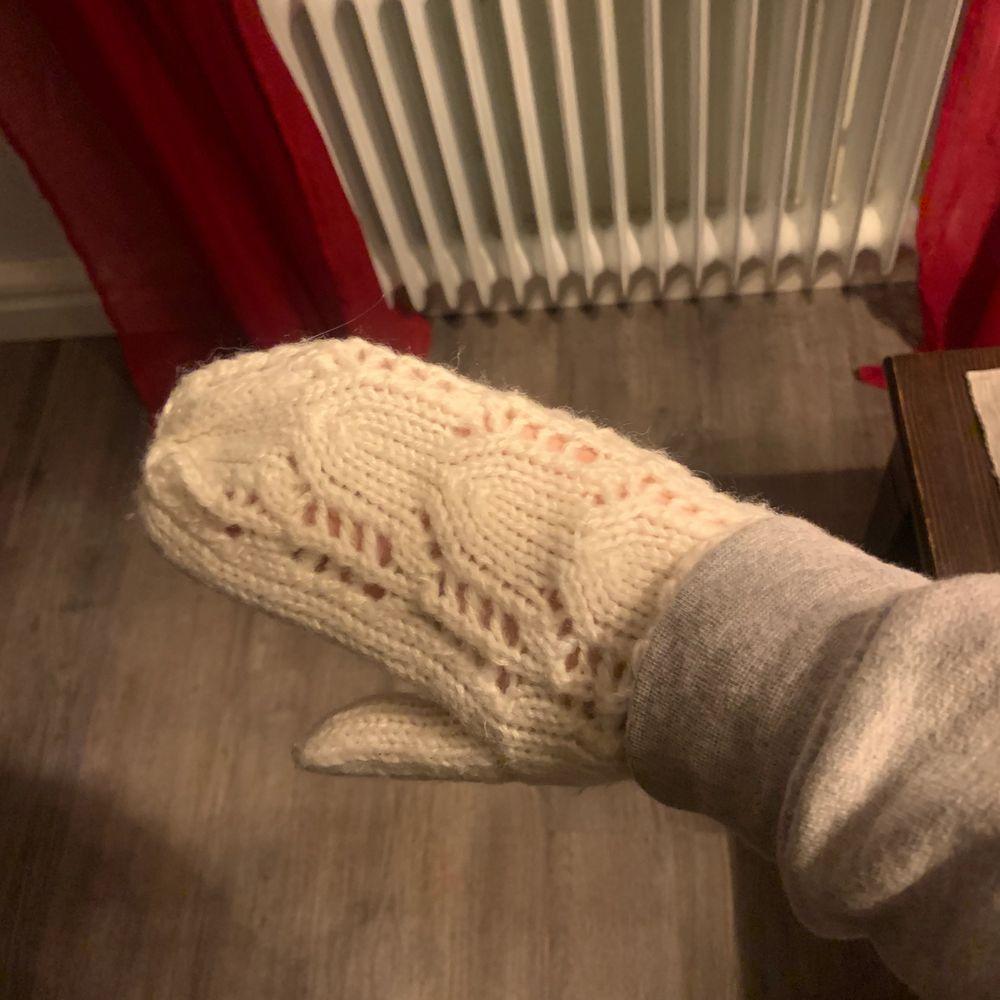 As snygga och diskreta tumvantar. För dig som vill se mysig ut nu i vinter. Aldrig använda!  Spårbar frakt 49kr⚡️. Accessoarer.