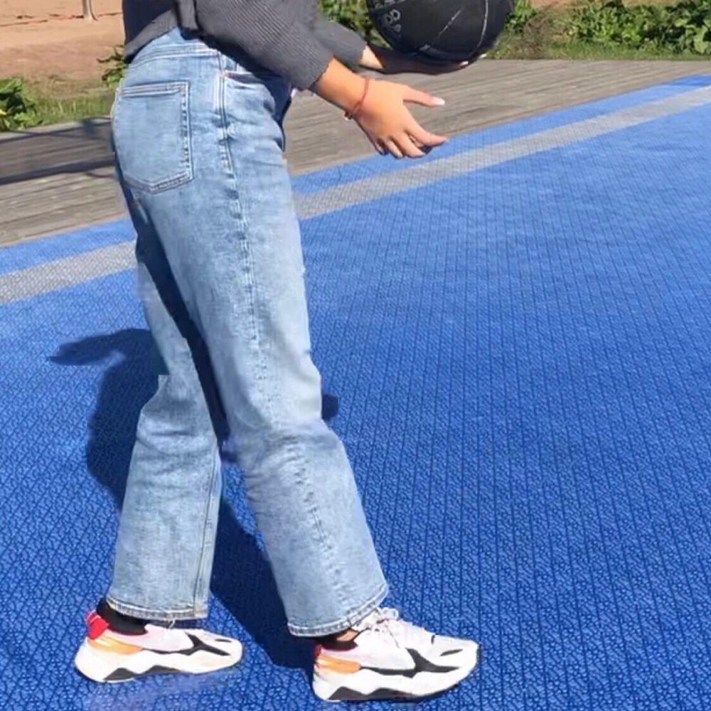 PUMA RS-X running sneakers, grymt snygga och otroligt sköna, med tjock, stabil sula som ger bra stöd åt fötterna! Köpta på Tise, några små slitningar som man kan se om man zoomar in på första bilden, annars tvättade och bra skick! frakt tillkommer, hör av dig vid frågor 🥰 . Skor.