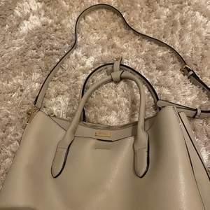 Nu säljer jag min väska ifrån don Donna! Använda 5-10 gånger! Den är i väldigt bra skick och en super fin beige färg! Den är även väldigt praktisk eftersom den är väldigt stor och har bra med förvaring! Jag säljer den för 150 plus frakt!