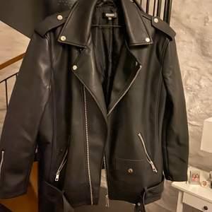 En supersnygg skinnjacka från missguided i storlek 40. Köpte jackan för 2 månader sen och säljes pga flytt. Jackan är i nyskick