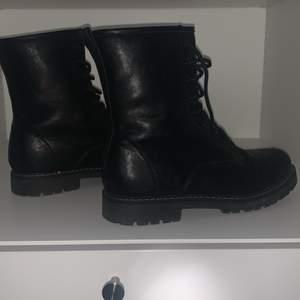 Köpta på din sko, nästan helt nya!
