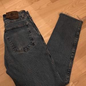 Thriftade jeans från Humana, aldrig använda och i fint skick fortfarande! Sjukt fin vintage färg, dom passar om storlek 23-25 & den går till skorna för mig som är 163 🤍 Frakt kostar 59kr!