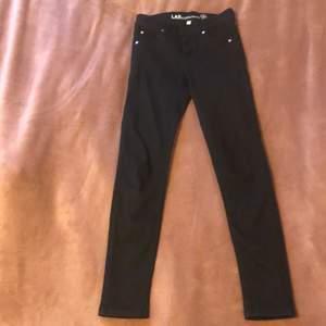De är ett par jeans som jag hade när jag var mindre. De är i gått skick. Säljer för jag växt ur dem