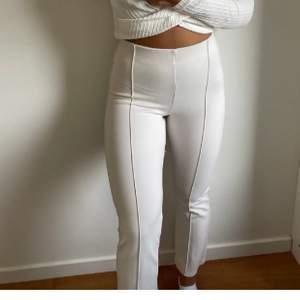 Säljer dehär naturliga byxorna då det var lite förstora för mig och då jag inte använder, (inte mina bilder) och frakt tillkommer💕