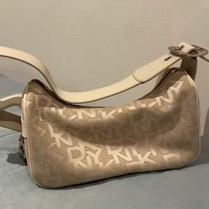 Säljer denna fina dkny väska då jag inte får någon användning av den. Den är i jättefint skick!💕 Om flera är intresserade blir det budgivning! Eller köp direkt för 400kr🥰
