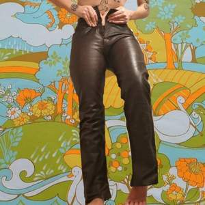 Jag älskar dessa byxorna!! DOCK, så har man växt ur de vilket jag tycker är såå så sorgligt. Jag skulle gissa på att de är vintage i och med att de är riktigt bra kvalité. OBS översta knappen är borta, därav priset. (köparen står för frakt)