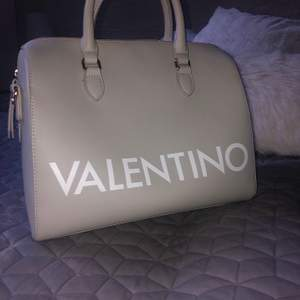 Säljer min fina valentinoväska som jag tyvärr inte fått användning av:( Väldigt rymlig och ett extra remband tillkommer för önskad längd! Köptes i affär förra året! Buda priset!! Frakt tillkommer 100kr. Äkta Valentino by mario Valentino väska men kvitto tillkommer ej då det var längesen den köptes.🤍