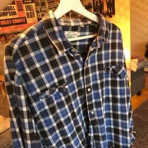 En blå/vit/svart skjorta köpt secondhand men själv kommer den inte till användning! Priset kan diskuteras