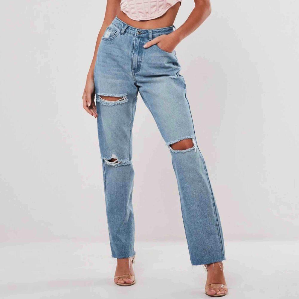 """Helt nya, oanvända jeans ifrån Missguided. Lapparna sitter kvar. Det är storlek """"petit 36"""" och är bra i längden för mig som är 163 cm.  Köparen står för frakten . Jeans & Byxor."""