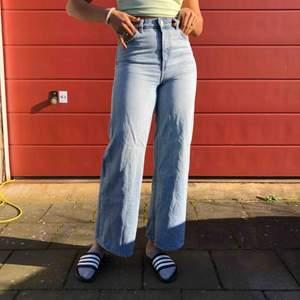 skit snygga byxor från weekday!!🥺❤️❤️ modellen är ACE! Jag är 171 cm därför ser de kortare ut. obs, dem är ganska urtvättade.