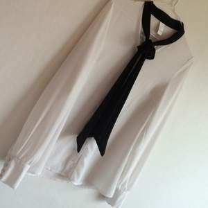 Vit och svart transparent blus från vila. Jättefin men inte min stil, använd 1 gång.