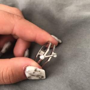 Säljer denna fina ringen som jag köpte för jättelänge sen på någon loppis tror jag, sedan på grund av att jag inte använder silver ringar längre, mycket bra skick❤️