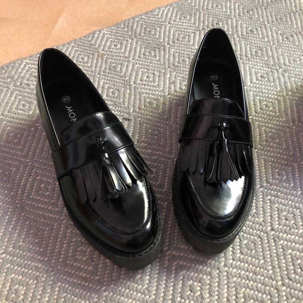 Skor från monki, knappt använda, finns fortfarande på deras hemsida för 400kr. Köparen står för frakten. Skor.