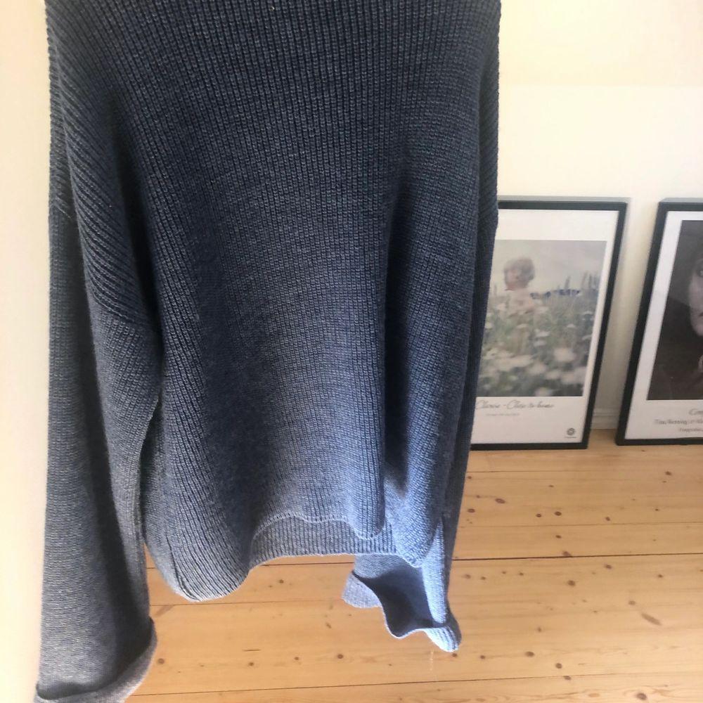Mörkblå stickad tröja från NAKD, säljer för har 2 likadana!🐚☀️ exklusive frakt om man inte kan mötas upp!. Stickat.
