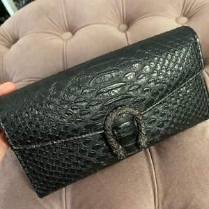 """Säljer denna jättefina plånbok då den aldrig får någon användning av mig 🥺 Orm/krokodilskinn med två drakar som bildar en """"hästsko"""", mycket rymlig 🦋 Betalas med swish och köparen står för frakten 🌸"""
