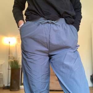 Prassliga gråa byxor ifrån Asos. Oanvända och i mycket fint skick. Oversized!