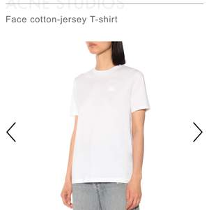 Superfin vit acne tröja med logga på! Använd max 5 ggr! Buds i kommentarerna!