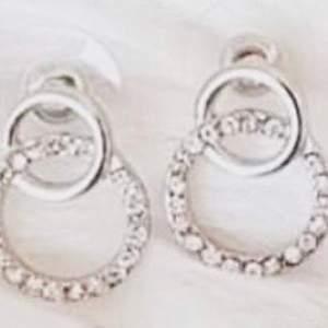 Nätta örhängen som passar till allt! Ej äkta silver men nya!