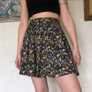 Gullig kjol som sitter så skönt! Med fint blomstermöster ☀️💜 skriv om du undrar något!