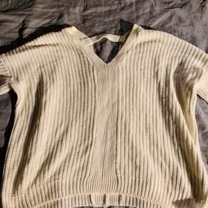 En vit stickad tröja med snygg detalj bak i nacken. Storlek L men är oversize. Använd ett antal gånger, inga skavanker vad jag kan se.