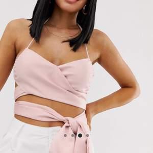 Jag säljer livets linne från Lioness i strl M  men skulle säga liten i storleken. Superfint rosa linne med öppen rygg och knytning fram perfekt inför sommaren. Plagget är i nyskick, aldrig använt pga fel storlek. Säljer för 100kr exkl frakt🌸