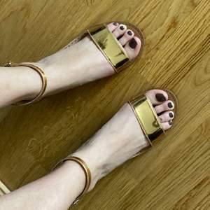 Fina sandaler i guld färg oanvända.