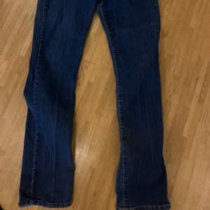 Mörkblåa jeans, väldigt sköna men använder inte heller dom längre, dom är utsvängda där nere när man får skor på. Nypris: 400 🥰