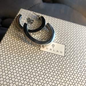 Snygga tjockare ringar/hoops i silver med små stenar från Edblad. I nyskick, originalask ingår. 99 kr + frakt