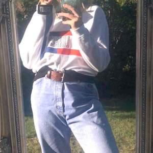 En vit Sweet Sktbs tröja med oranga och blåa linjer. Mitt fram på tröjan i svart står det sweet Sktbs och Lunacy, det står också Lunacy på muddarna i vitt. Storlek large, men passar verkligen medium. Frakt kostar 63kr.