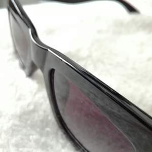 Solglasögon som inte kommer till användning så säljer. Frakt står köparen för. Finns en liten rispa på ena glaset som jag försökte få med på sista bilden men den syns inte något vidare. Köpt på gina