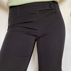 Ett par svarta kostymbyxor som sitter väldigt snyggt! Storlek 40 men passar mig med 38! 😇 (SWISH) frakt=55kr