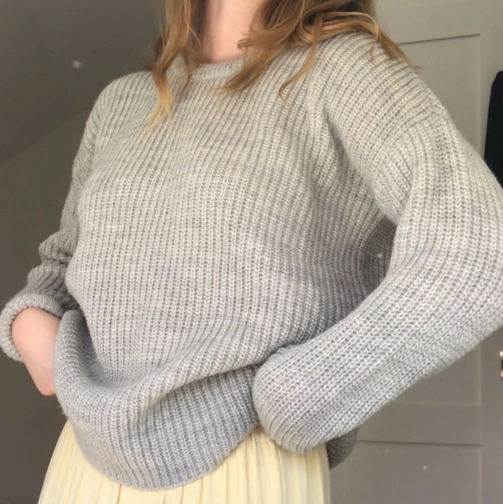 Jättefint stickad tröja från I dig denim! Passar året om! Stl XS men passar även S/M då den är väldigt oversized! Fraktkostnad på 79 kr tillkommer då tröjan är tjock och därför kostar mer att frakta. ALDRIG ANVÄND . Stickat.