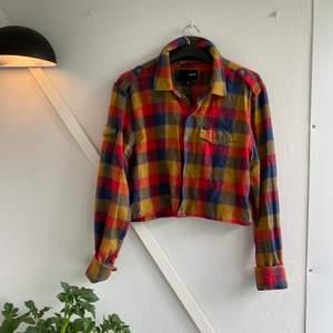 🌼Riktigt färgglad och härlig skjorta! Croppad, går en bit under naveln på mig. Frakt tillkommer🌼