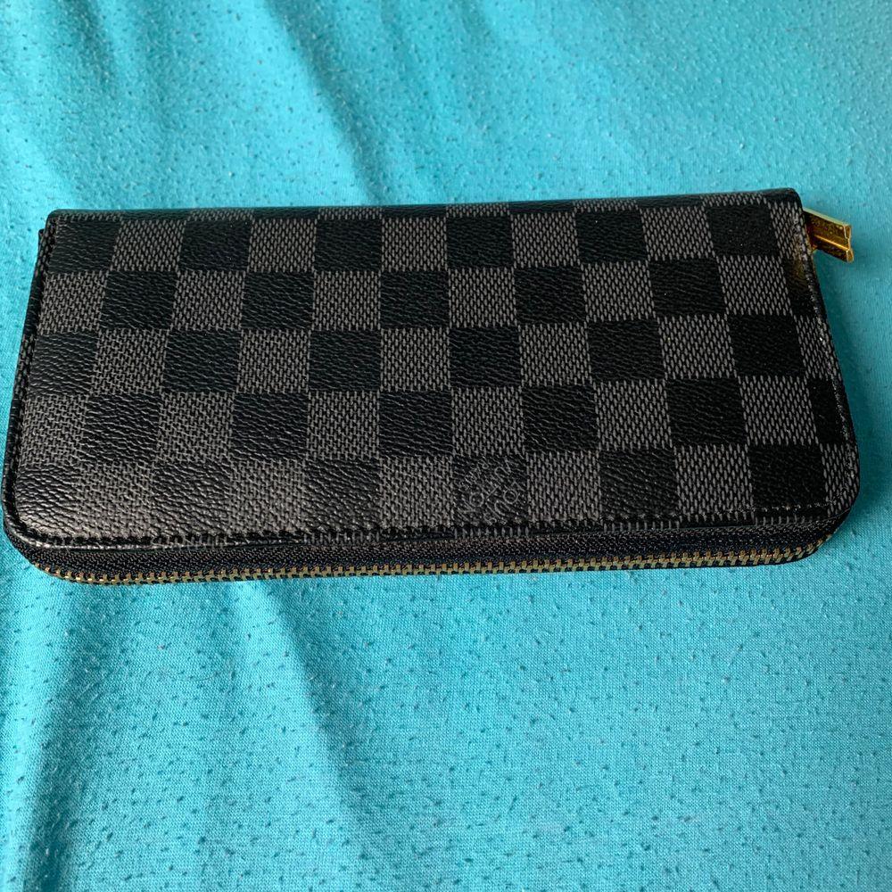 Säljer en Louis Vuitton plånbok kom med bäst bud så utgår jag från det.. Accessoarer.