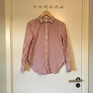 Randig skjorta från H&M. Stl 34. Gott skick, knappt använd. Frakt betalas av köparen.