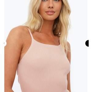 Super fin topp från Chiquelle, har redan denna i vit så tänkte att jag säljer denna i rosa, endast testad och är i onesize, men passar xs-M, frakt tillkommer på 43kr