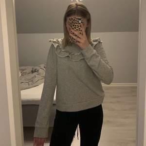 Grå fin tröja från H&M med volanger hela vägen runt som inte kommer till andvändning längre! Jag är 160cm frakten ingår i priset!💙