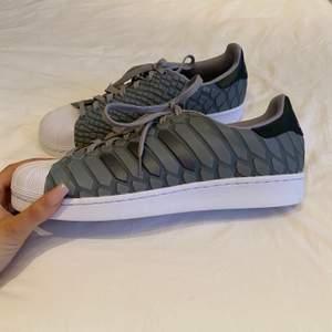 Helt nya Adidas sneakers med ett coolt och udda mönster! I storlek 44.